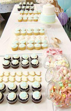 Mesa de postres con tortas y cupcakes