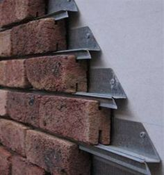 Sistema de tabiques sobre rieles. Interesante uso, pero me quedaría la duda de la humedad que se genere entre la pared y el tabique; ya que al ser una solución para paneles, el panel tendería a debilitarse por la misma humedad. ¿Qué opinan ustedes? Brick Cladding, Brick Facade, Wall Cladding, Brickwork, Brick Wall, Interior Cladding, Brick Design, Exterior Design, Thermal Mass