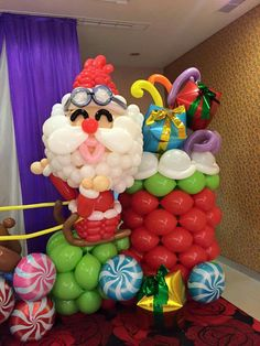 Make Santa Claus different and add cube and latex balloons as presents Balloon Arch, Balloon Garland, Balloon Decorations, Christmas Decorations, Holiday Decor, Deco Ballon, Christmas Time, Xmas, Christmas Balloons