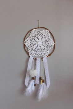 Dreamcatcher white & brown // lace, feathers, beads & poms // Hand made from France par GraceetRose, on Etsy €14.00
