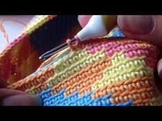 Tapestry crochet technique of the Wayuu Tribe of Columbia, doing yarn over/yarn… Love Crochet, Knit Or Crochet, Crochet Crafts, Crochet Projects, Single Crochet, Crochet Handbags, Crochet Purses, Crochet Bags, Sac Granny Square