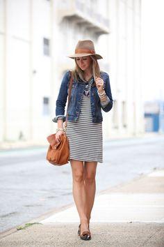 vestido listrado, jaqueta jeans e chapéu: casual, descontraído e lindo! Amei o look