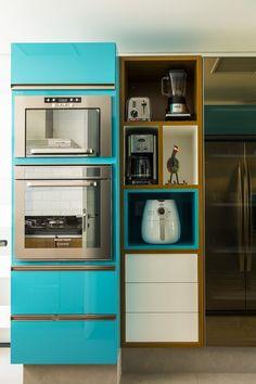 Armário azul turquesa na cozinha, Confira no blog 07 cozinhas com armários coloridos para te inspirar!