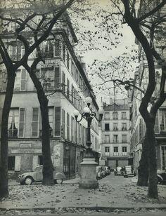 """La paisible petite """"place"""" de Furstemberg, à Saint-Germain-des-Prés, où le temps semble endormi. Aujourd'hui, tout comme sur cette photo de © Janine Niepce de 1957... (Paris 6ème)"""