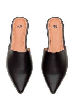 Sapatos rasos sem calcanhar: Sapatos em pele sintética macia sem calcanhar e com biqueira fina. Forro e palmilhas em pele sintética. Solas de borracha.