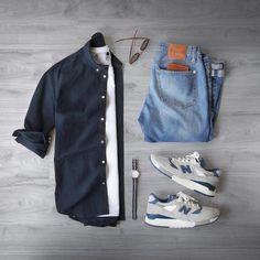 Combo de look masculino com New Balance, calça jeans e camisa azul marinho
