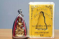 Phra Upphakhut Nuea Thong Lueang Ruun Sao 5 Maha Mongkoln Bugset Amulett des ehrwürdigen Luang Pho Pian, Abt des Wat Gernkathin,  vom 20.03.2553 (2010). Luang Pho Pian erschuf das Amulett in einer nummerierten Kleinserie von nur 500 Stück.  Luang Pho Pian erschuf das Amulett als Bugset Amulett. Das bedeutet, dass er diese Amulett Serie nicht für seinen eigenen Tempel erschaffen und geweiht hat, sondern diese  dem Wat Taklong gewidmet und gespendet hat. Luang Pho Nueng, Abt des Wat Taklong.