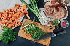 Pfifferlinge in der Pfanne zubereiten: Geröstetes Brot mit gebratenen Pfifferlingen