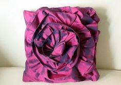 recycled bridesmaid dress Bromeliad: DIY Wednesday: Make a ruffled rose pillow - Fashion and home decor DIY and inspiration Diy Rose Pillow, Ruffle Pillow, Flower Pillow, Sewing Tutorials, Sewing Crafts, Sewing Ideas, Sewing Projects, Crafty Projects, Recycled Dress
