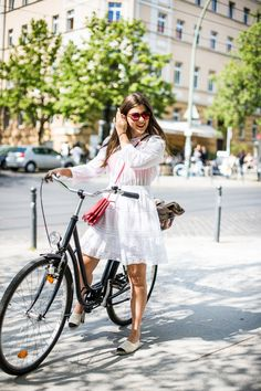 The easiest way to get some street style inspiration is to travel to Berlin. Today I want you to have a look through the best Berlin (Germany) street style Berlin Street Style, Berlin Mode, Street Style Looks, Cycle Chic, Chanel Espadrilles, Le Specs Sonnenbrille, Cooler Stil, Style Cool, Retro Stil