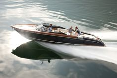 More than any other model, the 33 footer Aquariva Super testifies Riva's natural style evolution over the years