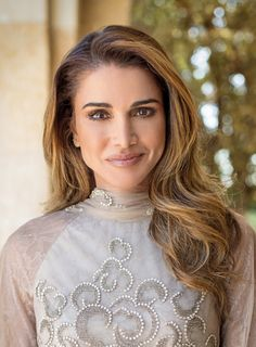 Queen Rania of Jordan Queen Rania, The Beautiful Country, Beauty Hacks, Beauty Tips, Jordans, Royalty, Hair Color, Hair Beauty, Elegant