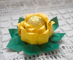 Can be made to look like a Rose or a Lotus Flower - Don't forget to translate!  Aprenda a fazer uma forminha para doces a partir do origami.