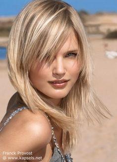 Kapsels halflang dun blond haar