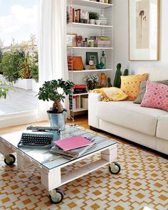 Fancy Glass Top Mobile Coffee Table Design at Apartment in Madrid Living Room with Planter and Classic Type Machine - Home Living Room, Living Spaces, Madrid, Modern Futon, Diy Casa, Diy Home, Home Decor, Pallet Designs, Blog Deco