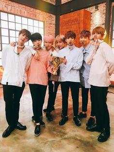 """Bangtan Brasil no Twitter: """" ShowChampion publicou uma foto do BTS recebendo o prêmio por Spring Day"""