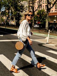 Camisa vintage boho, calça jeans, basket bag redonda, sandália de tiras marrom