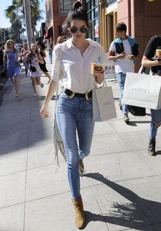 kendall-jenner-modelo-street-style-beverly-hills-calca-jeans-camisa-branca