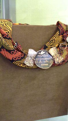 Foulard in seta con chiusura in rame inciso e dipinto a mano
