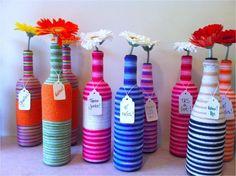 Garrafas decoradas com barbante colorido para enfeitar as mesas e decorar a festa. <br>Depois de colocar uma flor bem bonita e só oferecer como lembrança do evento. <br> <br>Pode ser feita nas cores de sua preferência para combinar com a decoração do evento.