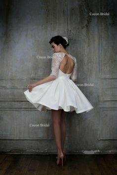 Cette robe Mikado avec des manches sera un choix parfait pour une journée spéciale moderne. La dentelle « Chantilly » sur le haut et les manches donne à la robe de Poussin et look élégant. Robe entièrement doublée : taffetas. Fermeture éclair invisible dans le dos. Longueur de la jupe personnalisable pour s'adapter à votre goût.  Cette robe de mariée sera entièrement fait à la main pour vous à votre commande et sera expédié en 3 à 4 semaines après votre achat.  Nous acceptons les commandes…