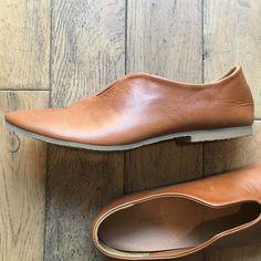 みなさまに大変ご好評をいただいておりますUn Jour スリッポン。 これからの季節に活躍してくれそうな「キャメル」が加わりました。 Chelsea Boots, Ankle, Shoes, Fashion, Ladies Shoes, Moda, Zapatos, Wall Plug, Shoes Outlet