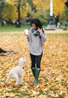 A beautiful outfit to match the beautiful autumn scenery. Jean Wang shows us her go-to casual autumn uniform with a loose poncho sweater and skinny jeans. Poncho: Curved Cables, Cowl scarf: Ampato, Boots: Hunter, Jeans: Paige petite ankle jeans