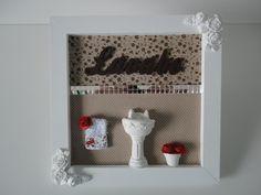 Placa para lavabo, com fundo em tecido bege e palavra em mdf, pode ser feito na cor desejada ou com palavra banheiro.