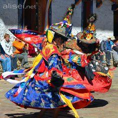 Parker Festival (Bhutan) - Nel piccolo stato buddista si svolgono numerosi i tradizionali Festival, antiche manifestazioni religiose con  gruppi di ballerini che indossano ampi vestiti colorati. / / / /  #travel #trip #beautifuldestination #viaggi #viaggiare #viaggio #voyager #vacanza #traveling #photo #travellife #passionpassport #world #traveltheworld #landscapelovers #traveller #travelingram #beautifulplaces #traveladdict #travelphoto #travelpics #scenery #travels