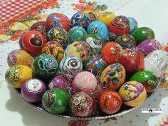 Use você também esta alegre tradição, pintando e colorindo os mais diversos modelos de ovos. Desta maneira estará levando para dentro de sua casa o significado universal da Páscoa. Veja alguns modelos exclusivos idealizados e pintados por Heda Seffrin. Fotografia:Simone Seffrin