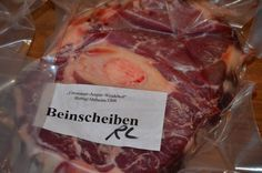 Ein bis zwei Mal im Jahr bereite ich mir einen großen Topf Fleisch- und Knochenbrühe, eine Bouillon zu (engl. meat broth). Hierbei handelt es sich um eine ganz klassische und wichtigeGrundzubereitung. Ich friere sie dann in ca. 1000ml großen Portionen in