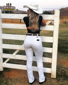 A imagem pode conter: uma ou mais pessoas, pessoas em pé, chapéu e atividades ao ar livre Cowgirl Sexy, Sexy Cowgirl Outfits, Cowgirl Jeans, Rodeo Outfits, Country Girls Outfits, Jean Sexy, Vaquera Sexy, Cute Country Girl, Rodeo Girls