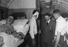 1939, Adolf Hitler dans un wagon de chemin de fer visite des soldats blessés lors de la campagne de Pologne