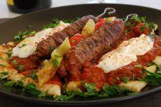 Αυθεντική συνταγή από την Πόλη Τι χρειαζόμαστε: Μισό κιλό ανάμικτο κιμά (μοσχαρίσιο και αρνίσιο) 1 κρεμμύδι τριμμένο Κύμινο, μπαχάρι, κόλιαντρο, αλάτι, κόκκινο πιπέρι Μαιντανό Λίγο σκόρδο Ξυλάκια καλαμάκια για σουβλάκια Για τη σάλτσα: 4 ντομάτες ψιλοκομμένες Λίγο κανέλα 2 κουταλιές βούτυρο 1 σκελίδα σκόρδο Αλάτι, πιπέρι Για το σερβίρισμα: Πίτες για σουβλάκι 500γρ γιαούρτι στραγγιστό …