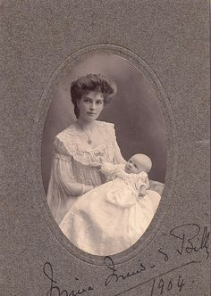 A strikingly beautiful Edwardian mother and her baby (1904)