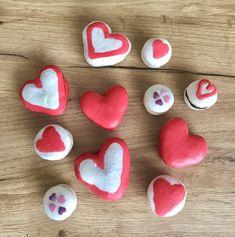Essai de macarons en forme de cœur. J'aime trop cette belle couleur de coque bien rouge. J'ai tenté aussi des bicolores, j'aime bien. Il s'agit de coques à la meringue française, garnis d'une ganache au chocolat noir. Macarons, Meringue, Sugar, Cookies, Desserts, Food, Bun Hair, Heart Shapes, Merengue
