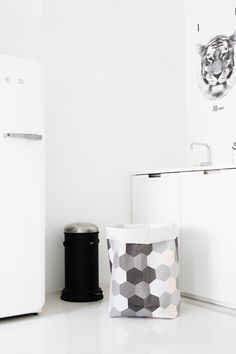 Via Pikku Varpunen: Varpunen Sack, Smeg Fridge. Laundry Room Inspiration, Workspace Inspiration, Interior Inspiration, Kitchen Decor, Kitchen Design, Kitchen Stuff, Kitchen Ideas, Smeg Fridge, Big Peach