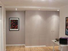 Vue depuis la pièce à vivre sur l'entrée. L'abattement des cloisons a permis d'agrandir l'espace. Les placards le long de l'ancien couloir ont été conservés pour leur côté pratique. La couleur taupe/violette apporte un bel effet côté déco.