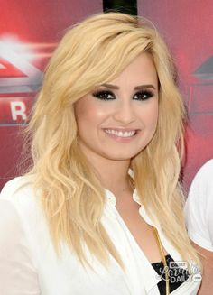 Top 32 Demi Lovato Hairstyles & Haircut Ideas For You To Try Short Hairstyles For Thick Hair, Hairstyles For Round Faces, Hairstyles Haircuts, Pretty Hairstyles, Brown Hairstyles, Demi Lovato Blonde Hair, Pelo Demi Lovato, Lob Haircut, Lob Hairstyle