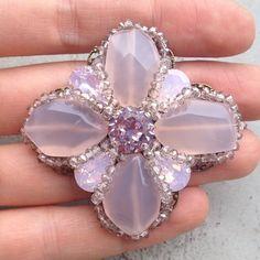 Брошь в пудрово-розовых тонах из халцедона и кристаллов сваровски.