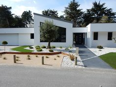 Entrées paysagères : Jardins de Vendée Bauhaus, Villas, House Design Pictures, Outdoor Spaces, Outdoor Decor, House Entrance, Habitats, Garden Landscaping, Backyard