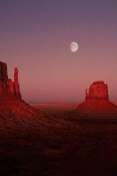 Monument Valley, Utah/Arizona - the most beautiful sunsets over land. Beautiful World, Beautiful Places, Monument Valley Utah, Landscape Photography, Nature Photography, Photography Tips, Wedding Photography, Desert Aesthetic, Arizona Road Trip