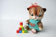 Nadel Gefilzte tricolored Kätzchen. Katze, Lustige kleines Spielzeug.