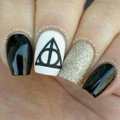 15 Magic Harry Potter Nail Designs I love love love these. except I'd add glitter to the top of the black nails The post 15 Magic Harry Potter Nail Designs appeared first on Daily Shares. Harry Potter Nail Art, Harry Potter Nails Designs, Nail Designs 2015, Cute Nail Designs, Pretty Designs, Nagellack Design, Nagellack Trends, Black Nails, White Nails