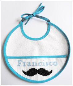 Babetes personalizados feitos à mão, em ponto cruz. Parte de trás plastificada.  Feito por encomenda. Pode ser feito com outra frase e cores personalizadas.