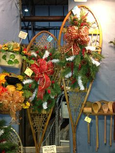christmas porch ideas with snow shoes and benches Christmas Wreaths For Windows, Christmas Front Doors, Christmas Porch, Noel Christmas, Holiday Wreaths, Rustic Christmas, Winter Wreaths, Elegant Christmas, Christmas Fireplace