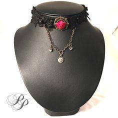 Velours noir, guipure, rose et chainette /Velvet with guipure, satin rose and chain