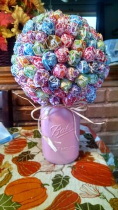 Lollipop bouquet made with a Styrofoam ball, dum dums, and a painted Mason jar. Perfect for a baby shower! Just stick the lollipops into the Styrofoam ball and I would suggest glueing it to the top of the jar so it doesnt fall off. - Crafts All Over Lollipop Bouquet, Diy Bouquet, Candy Bouquet, Bouquets, Mason Jar Candy, Mason Jar Gifts, Jar Crafts, Diy And Crafts, Crafts For Kids