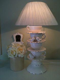 abajur com bule e xícaras em de cerâmica. <br>Xícaras de café <br>Produto feito artesanalmente . <br>Um charme para sua decoração .