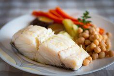 Bacalhau cozido com grão, batata e cenoura